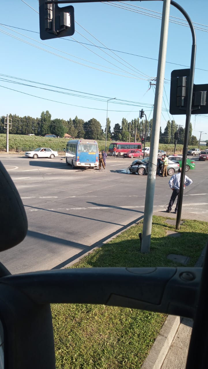 Los Ángeles: 5 lesionados deja colisión entre minibús y automóvil