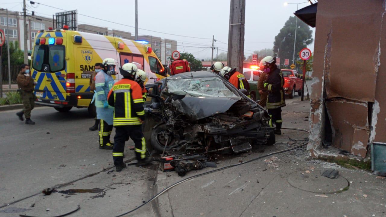 Los Ángeles: Auto choca a gran velocidad contra un muro y deja dos personas graves