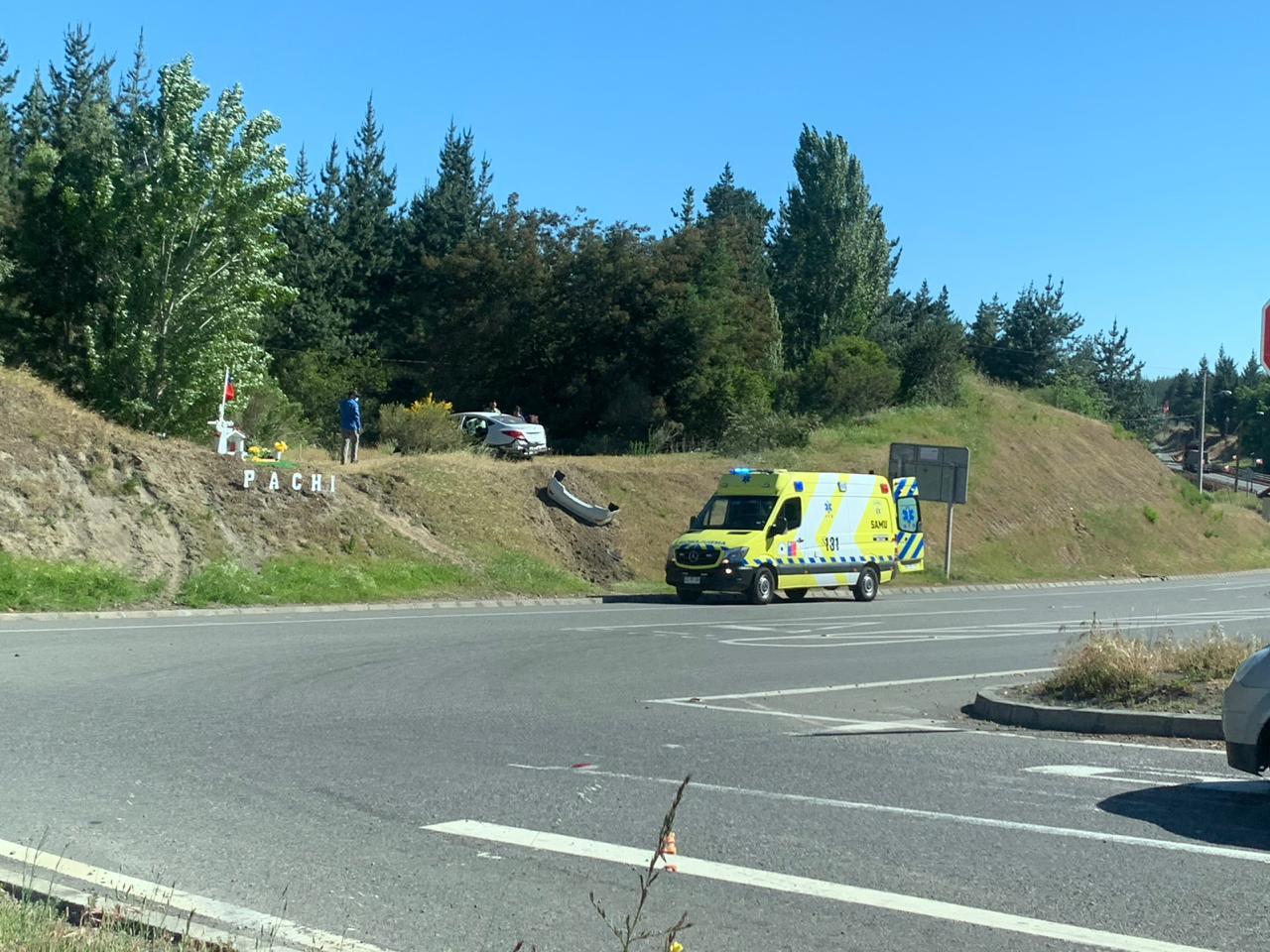 Laja: Conductor quedó con su vehículo arriba de un cerro tras sufrir accidente