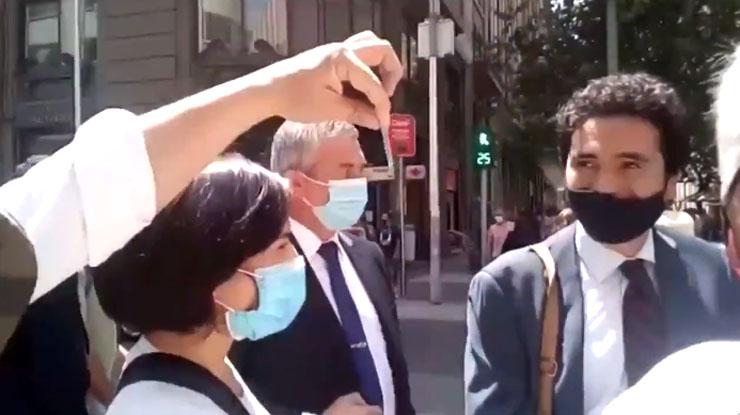 «Aquí tienes mi rut»: increpan a ministro de Hacienda en pleno centro de Santiago