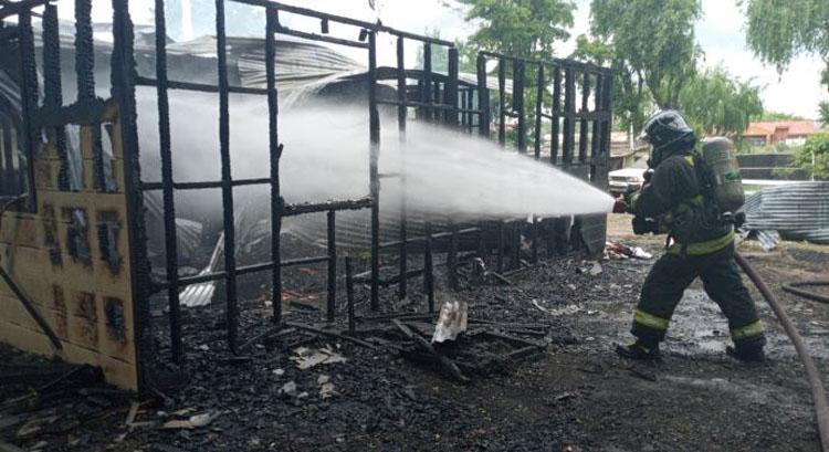 Los Ángeles: incendio destruye casi por completo un local de frutas y verduras