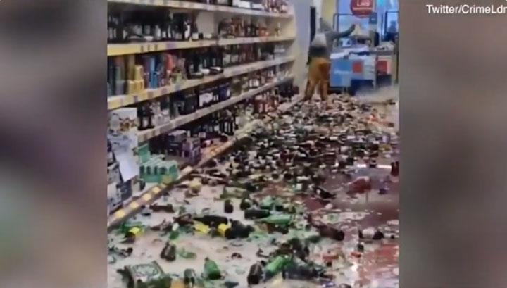 'Locura' en Inglaterra: mujer entró a supermercado y rompió más de 500 botellas de alcohol