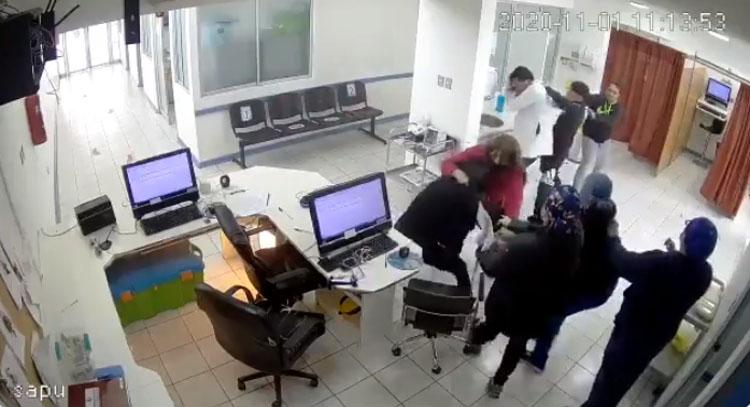 Cámaras registraron violenta agresión de una pareja a personal médico