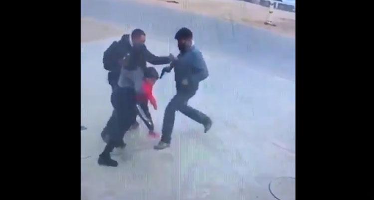Sujetos amenazan con pistola a una madre con su hijo en brazos: querían robar su auto