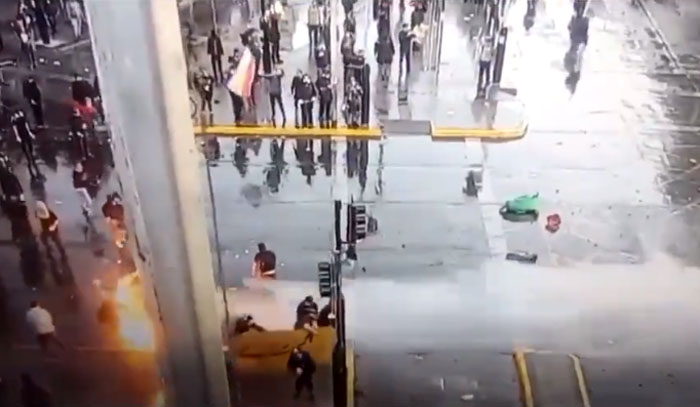 Sujeto se quemó tratando de lanzar una molotov a carabineros: carro lanza agua debió ayudar