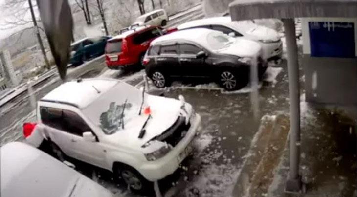 Un milagro: hombre se salvó de ser aplastado por enorme hormigón que destrozó su auto
