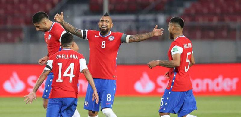 Con un 'Rey' soberbio: Chile logró revitalizante triunfo ante Perú con doblete de Vidal