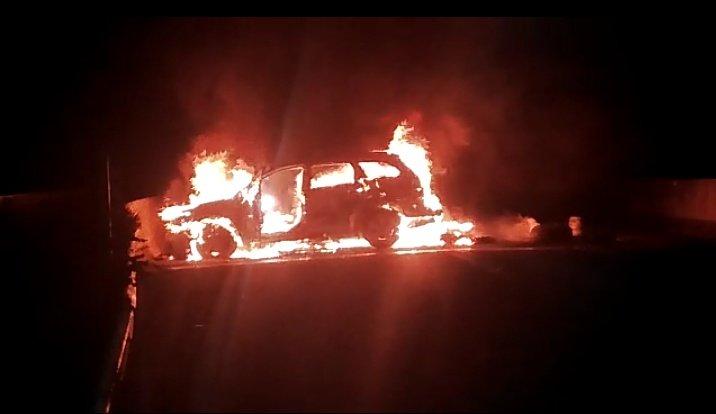 Explosión, incendio de auto, falso accidente y miguelitos deja robo frustrado a cajero en Laja