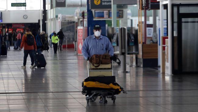 Detienen a hombre con covid   que ingresó al país con test falso: fue descubierto en el aeropuerto