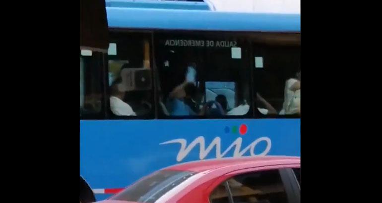 Insólito: hombre se sacó la mascarilla en un bus, limpió las ventanas y se la volvió a poner