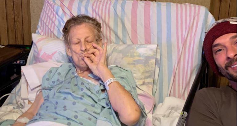 Abuela con cáncer pasó sus últimas horas de vida fumando marihuana con el nieto
