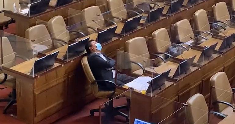 Diputado tomó una siesta en plena discusión del Segundo Retiro: «Fue un descuido»