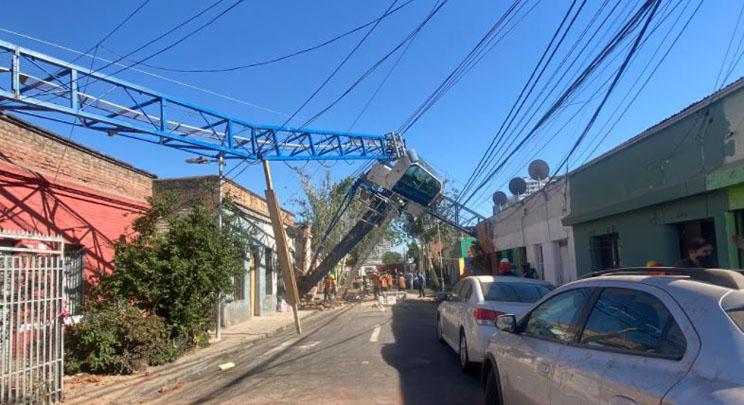 Grúa se derrumbó sobre dos casas en Santiago: todavía hay una persona atrapada