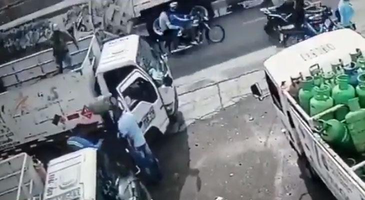 Hombre frustró asalto a mano armada lanzando cilindro de gas desde un camión