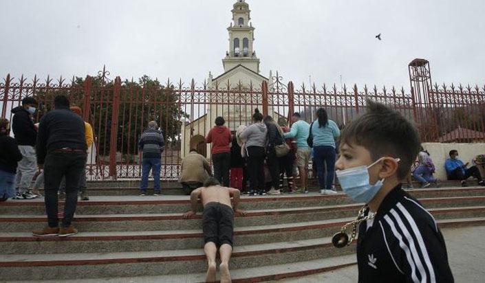 Peregrinos hacen caso omiso a restricciones y comienzan a llegar a santuario de Lo Vásquez