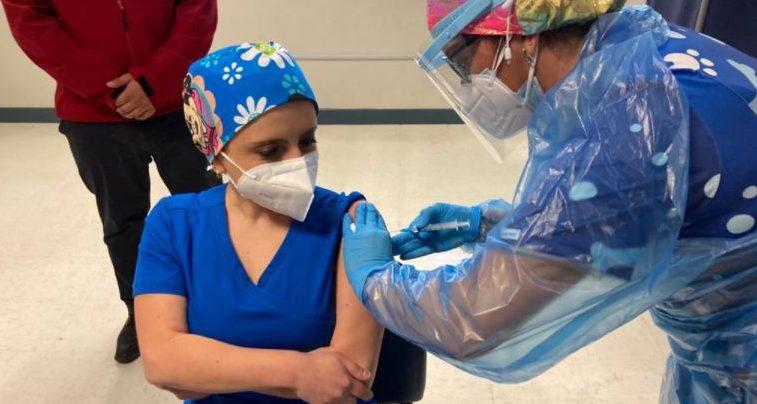 TENS del Hospital de Los Ángeles fue la primera persona vacunada en la provincia