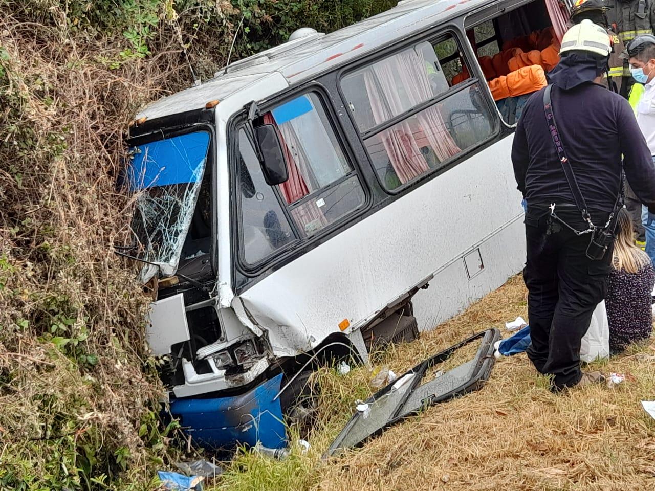Los Ángeles: Bus cae a una zanja tras participar en colisión múltiple