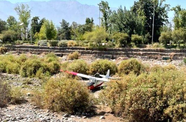 Avioneta de la FACh cayó al lecho del río Mapocho