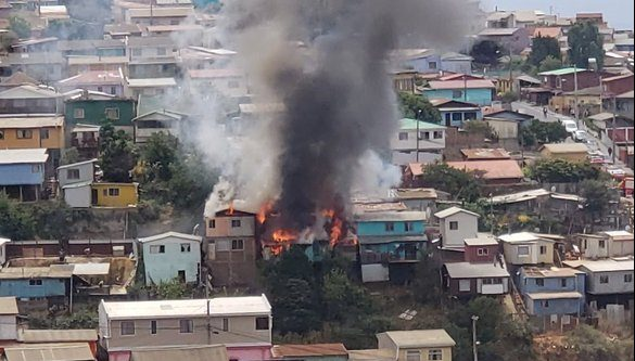 Incendio dejó al menos cinco viviendas consumidas en Valparaíso