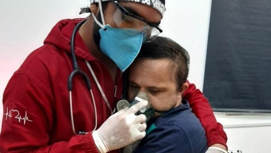 Conmovedor: Enfermero abrazó a paciente con Síndrome de Down contagiado de covid para darle oxígeno