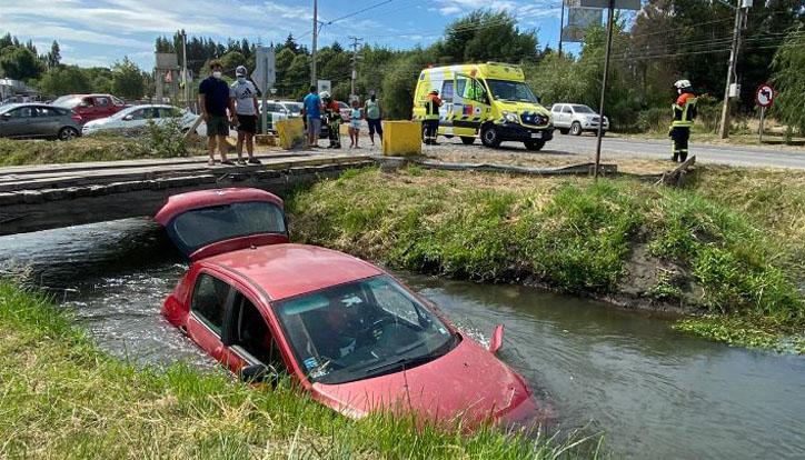 L.A: auto con un lactante en su interior quedó sumergido en un canal tras colisión