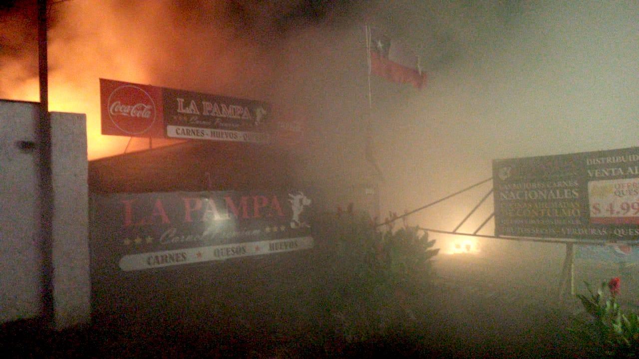Los Ángeles: Incendio afecta a conocida Carnicería La Pampa