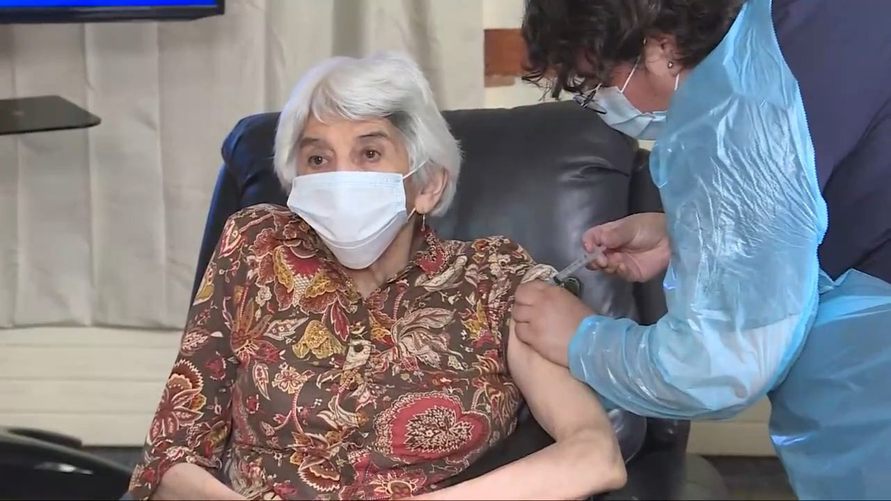 Mujer de 79 años recibió la primera vacuna para adultos mayores