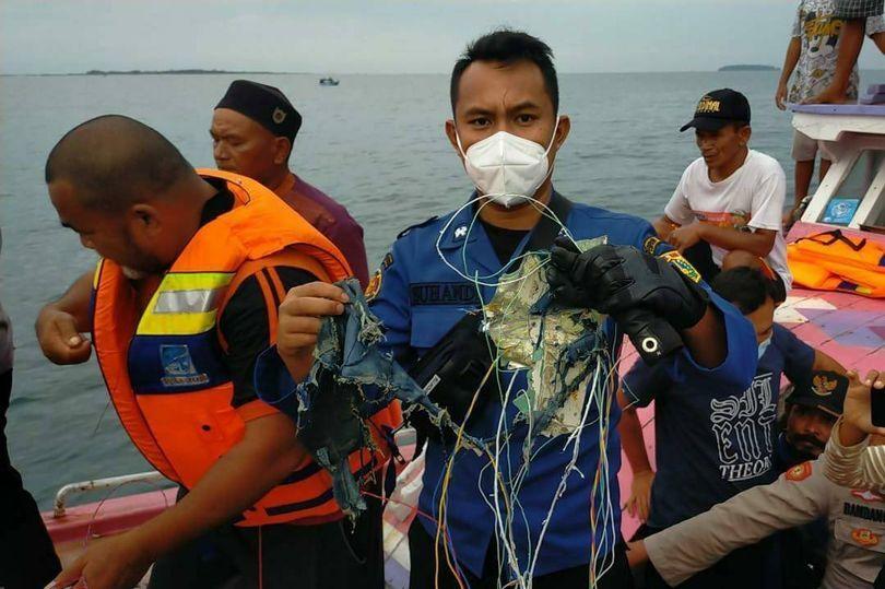 Encuentran restos humanos y escombros del avión extraviado en Indonesia