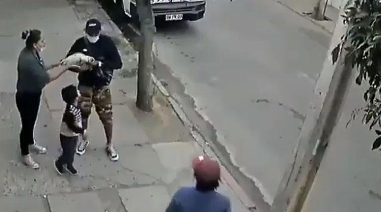 El colmo: registran cobarde robo de delincuentes a una madre con su pequeño hijo