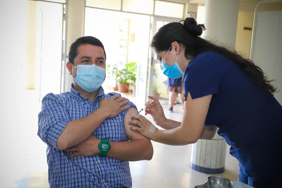 Alcalde de Cabrero es la primera autoridad en recibir la vacuna en la provincia de Biobío