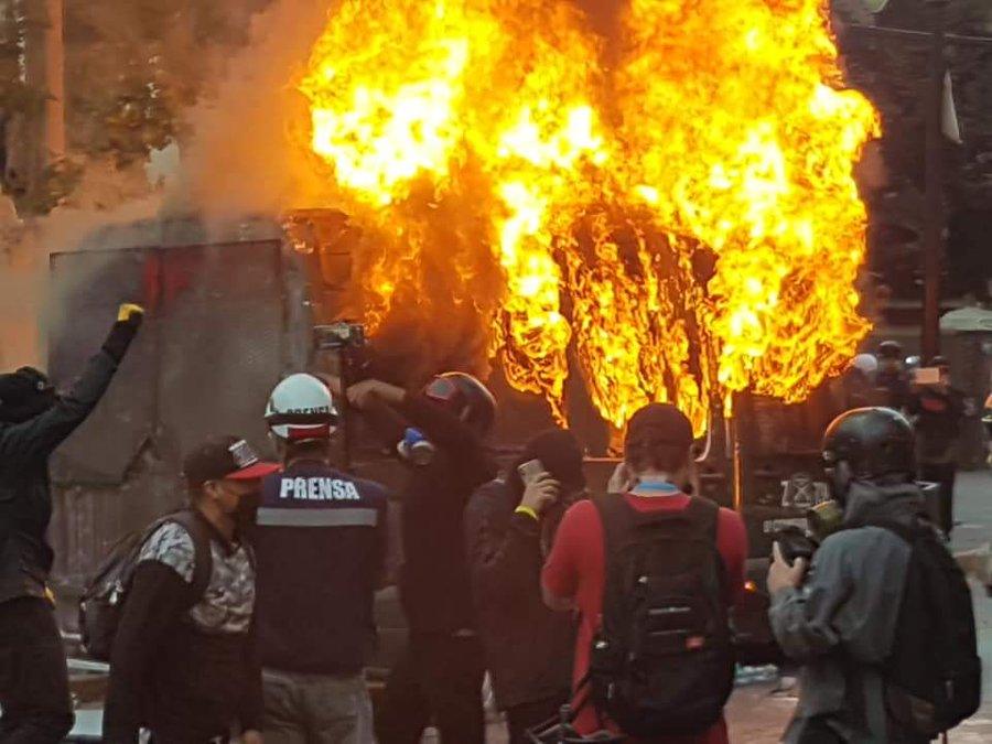 Vehículo policial fue quemado en el Barrio Bellavista