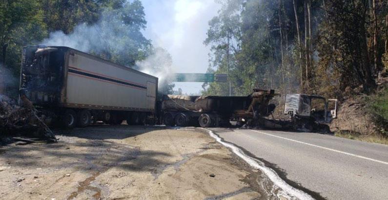 Tenso día en Arauco: hay un conductor herido de bala, camiones quemados y cortes de ruta