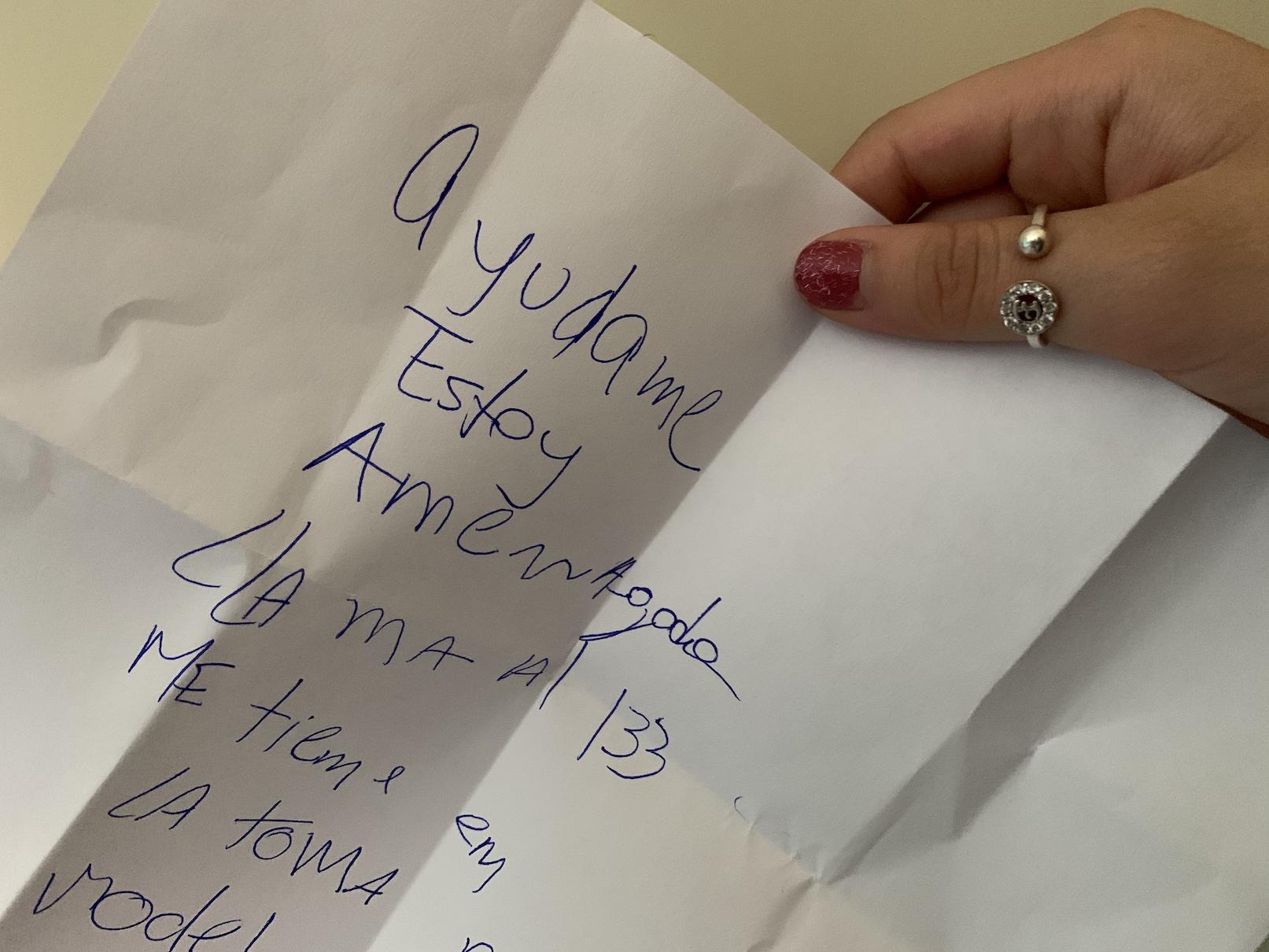 Mujer avisó con una nota a la cajera de una bencinera que estaba secuestrada