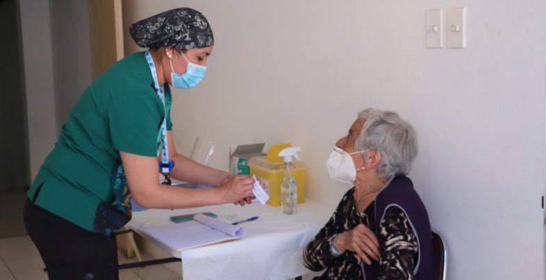 Hasta 800 mil pesos de sueldo: buscan personal de la salud para la campaña de vacunación