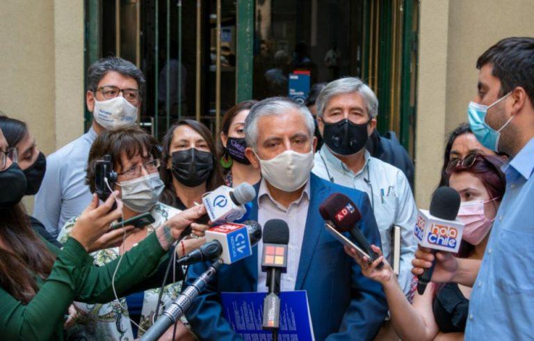 Colegio de Profesores entregó carta a Piñera: exigen renuncia del ministro de Economía
